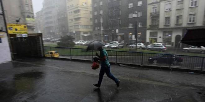 Jak vetar polomio staklo na ulazu u parlament, apel građanima zbog olujnog vetra